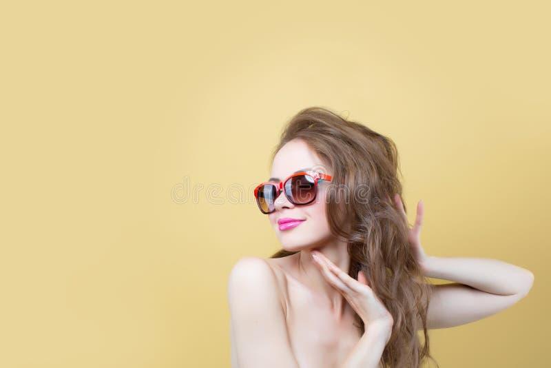 Retrato de uma mulher consideravelmente entusiástica fotos de stock