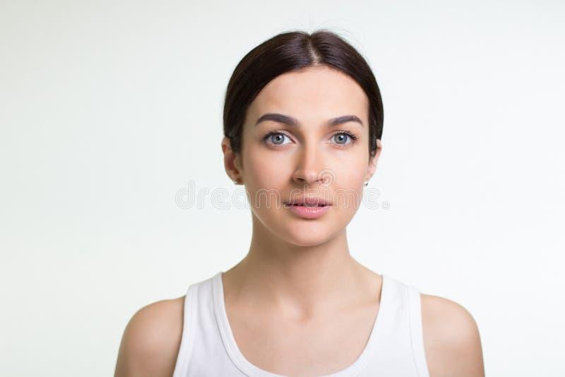 Retrato de uma mulher consideravelmente nova imagens de stock royalty free
