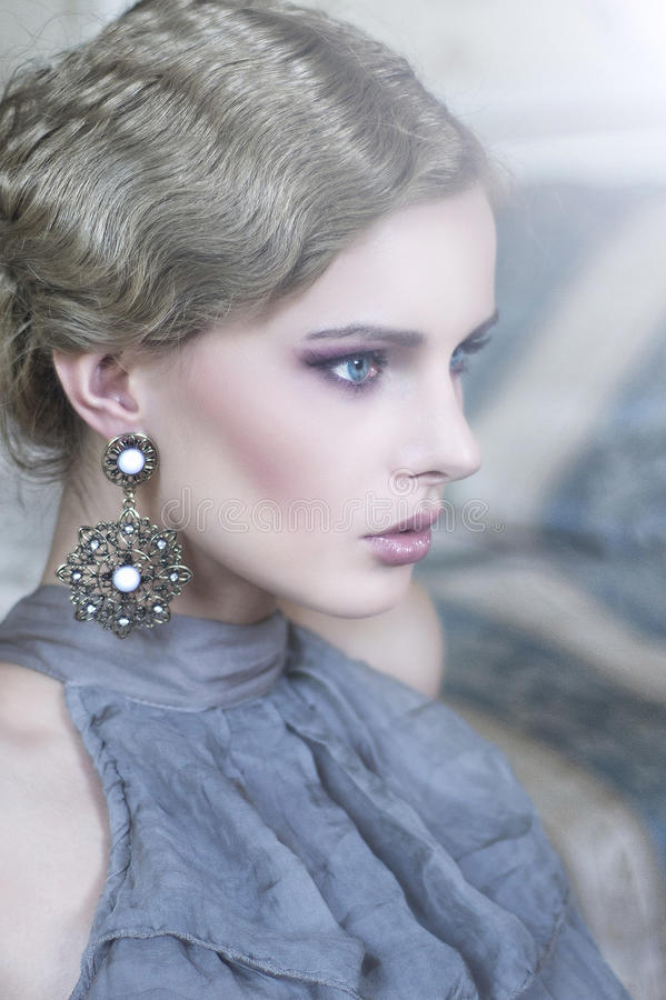 Retrato de uma mulher da beleza no quarto à moda fotos de stock royalty free