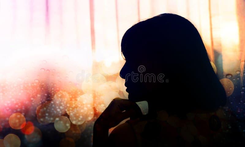 Retrato de uma mulher da tristeza, mão da vista lateral em Chin, silhueta imagens de stock