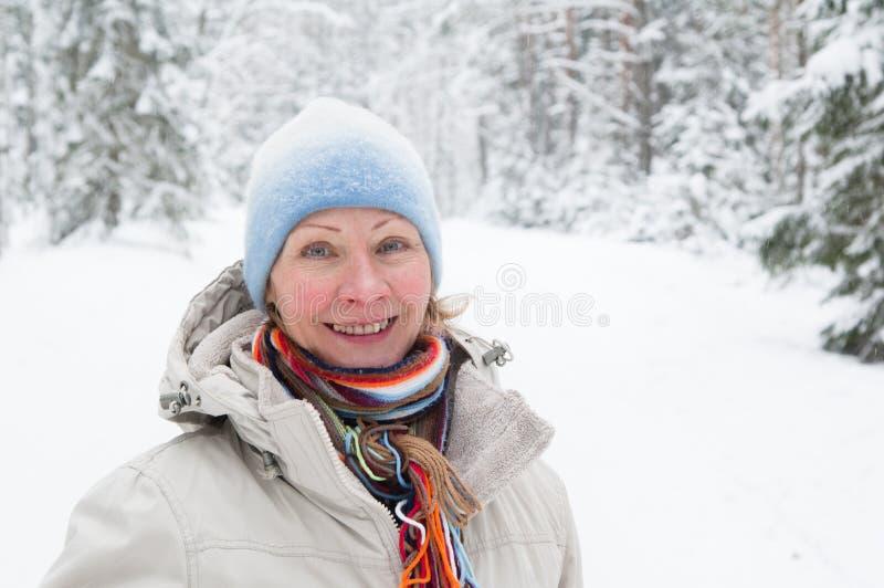 Retrato de uma mulher de meia idade no inverno imagens de stock