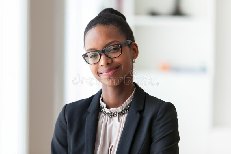 Retrato de uma mulher de negócio afro-americano nova - peop preto fotografia de stock royalty free