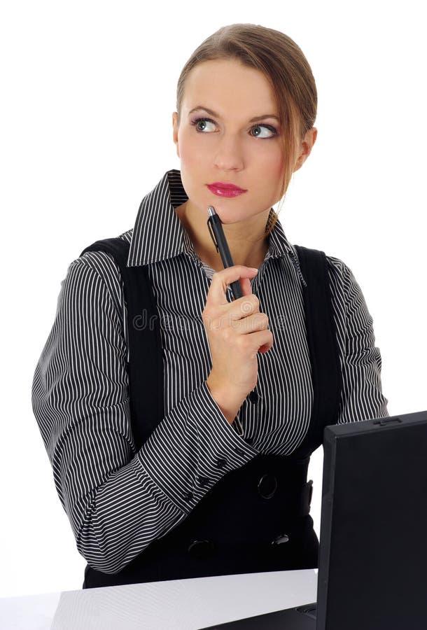 Retrato de uma mulher de negócio bonita que trabalha sobre imagem de stock