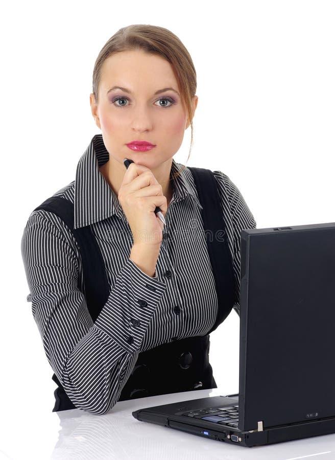 Retrato de uma mulher de negócio bonita que trabalha sobre foto de stock
