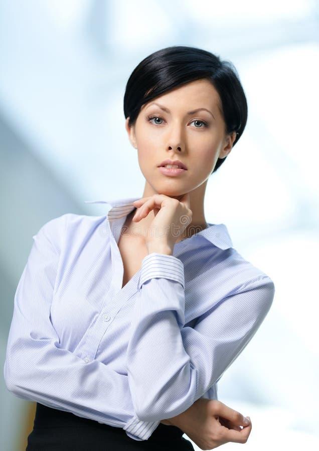 Retrato de uma mulher de negócio nova considerável imagem de stock