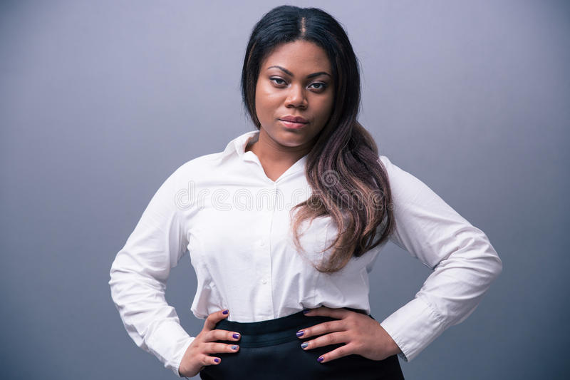 Retrato de uma mulher de negócios africana bonita imagem de stock