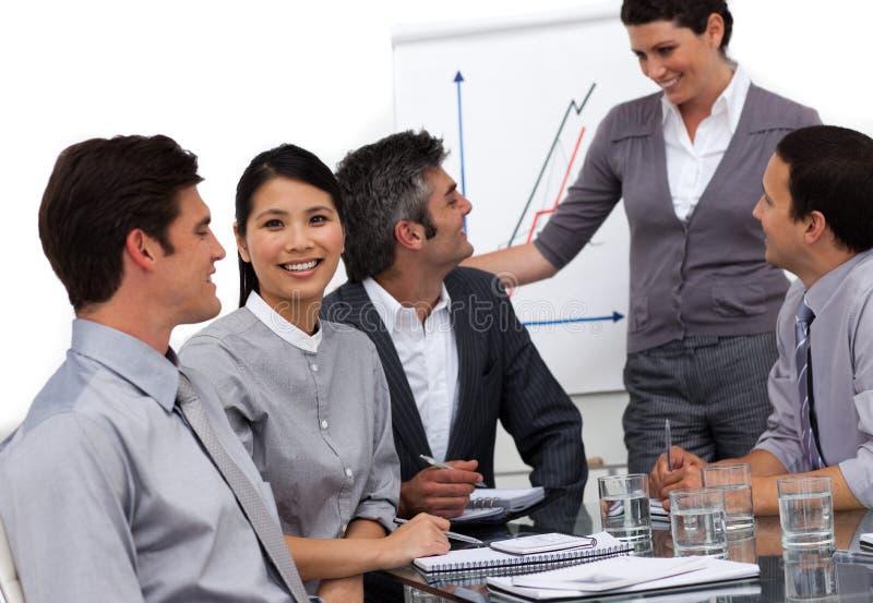Retrato de uma mulher de negócios asiática e de sua equipe imagem de stock