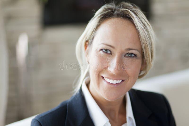 Retrato de uma mulher de negócios bem sucedida imagem de stock