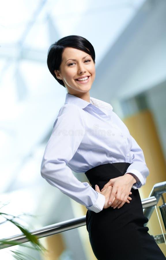 Retrato de uma mulher de negócios bonita considerável imagens de stock