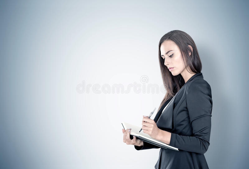 Retrato de uma mulher de negócios com planejador, cinzento imagens de stock royalty free