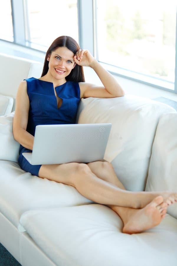 Retrato de uma mulher de negócios de sorriso Using Laptop em um brilhante fora imagens de stock