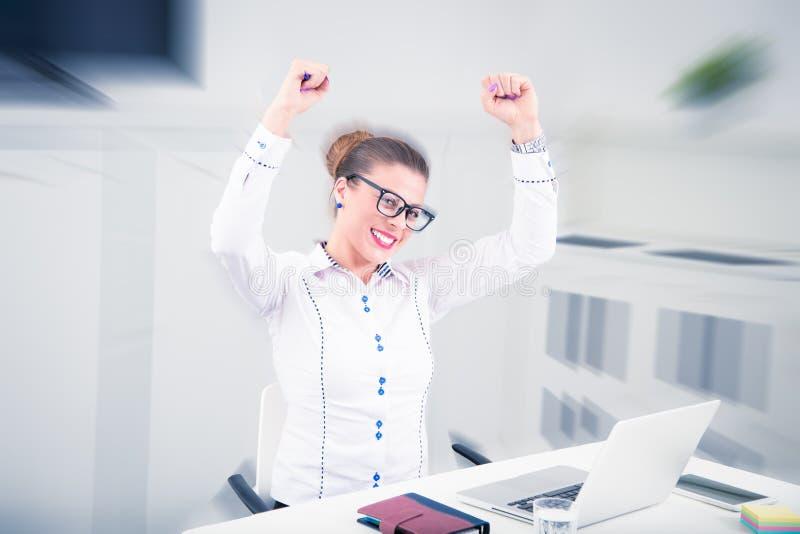 Retrato de uma mulher de negócios feliz na mesa no escritório fotos de stock