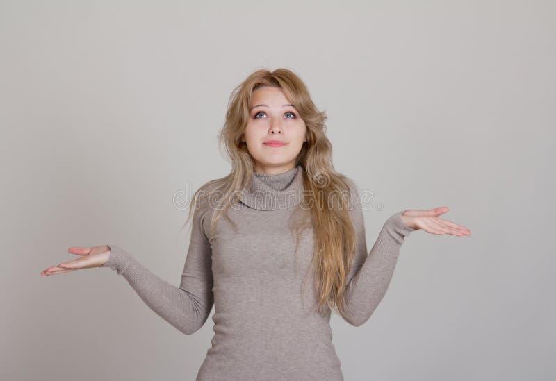 Mulher de negócios no gesto de pedir e de confusão imagem de stock royalty free