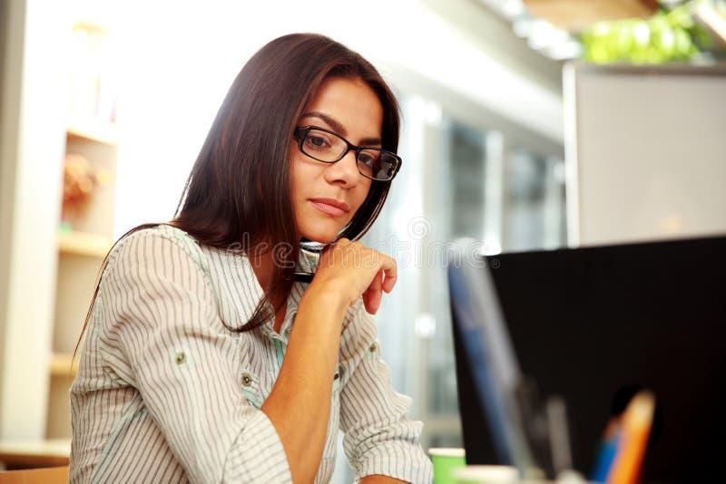 Retrato de uma mulher de negócios pensativa nova fotos de stock royalty free