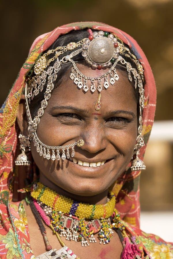 Retrato de uma mulher de Rajasthani da Índia imagens de stock royalty free