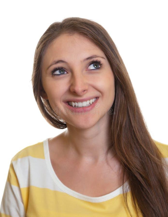 Retrato de uma mulher de riso com cabelo marrom longo imagem de stock