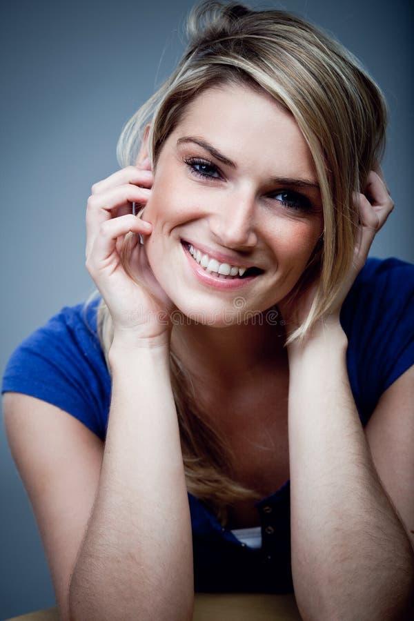 Retrato de uma mulher de sorriso bonita foto de stock royalty free
