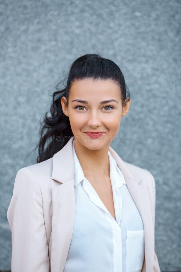 Retrato de uma mulher de sorriso nova fotografia de stock