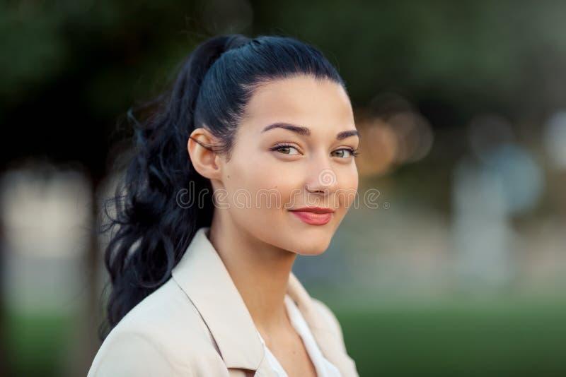 Retrato de uma mulher de sorriso nova fotos de stock