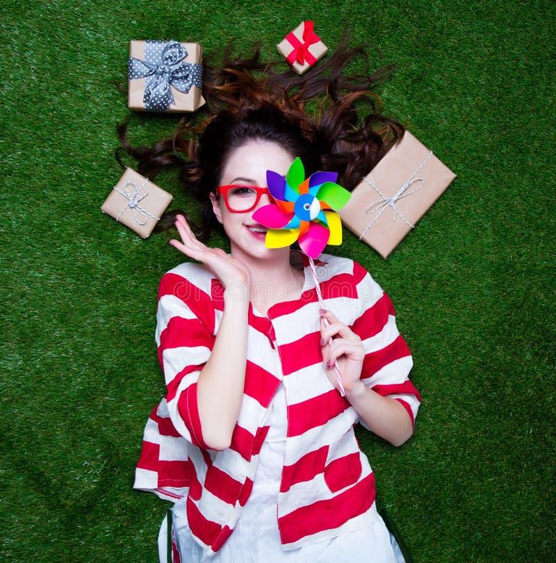 Retrato de uma mulher denominada nova do ruivo com o brinquedo do girândola prese fotografia de stock
