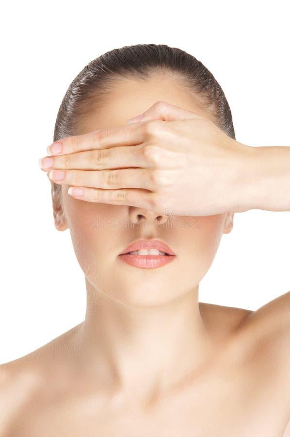 Retrato de uma mulher despida nova que esconde seus olhos imagem de stock