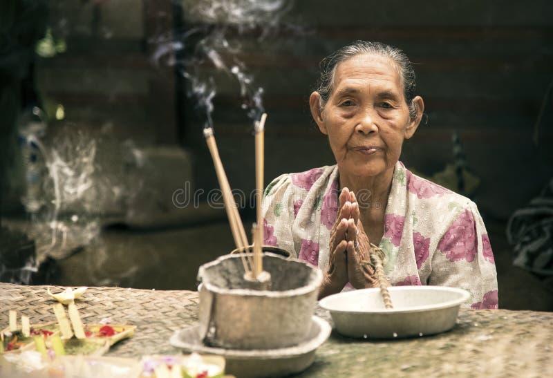 Retrato de uma mulher do Balinese foto de stock