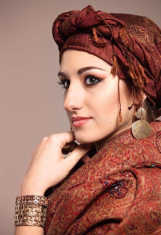 Retrato de uma mulher do leste bonita nova fotografia de stock royalty free