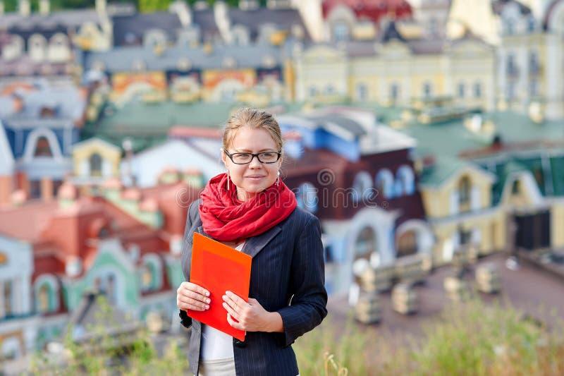 Retrato de uma mulher do mediador imobiliário com vidros fotos de stock royalty free