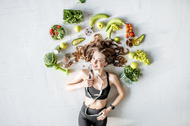 Retrato de uma mulher dos esportes com alimento saudável imagens de stock