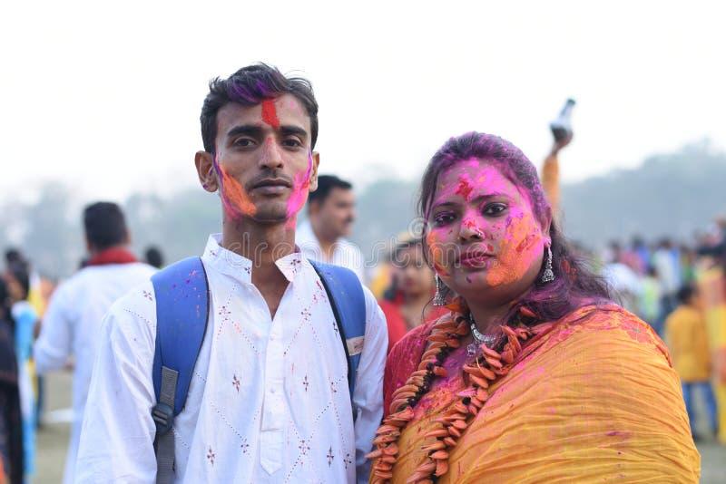 Retrato de uma mulher e de um homem que jogam o holi com cores e gulal fotos de stock