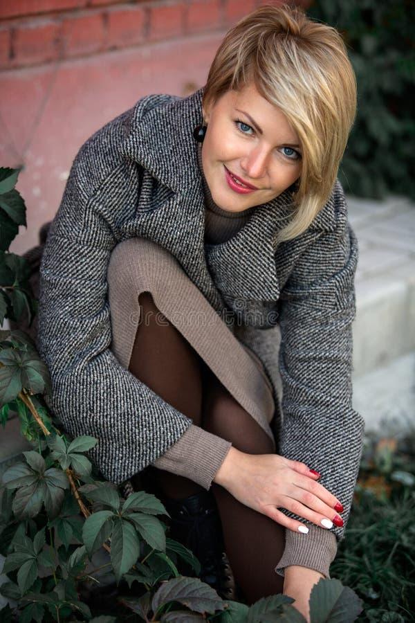 Retrato de uma mulher elegante bonita fora imagens de stock royalty free