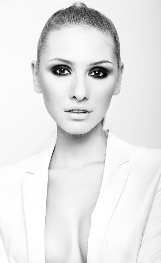 Retrato de uma mulher elegante loura caucasiano com olhos fumarentos mim fotos de stock