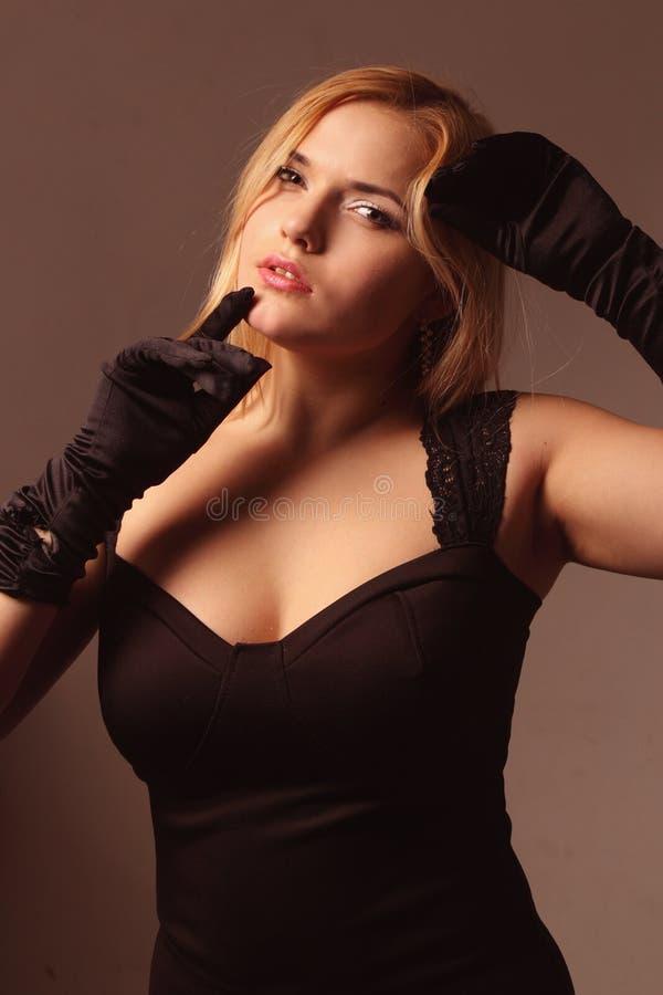 Retrato de uma mulher encantadora foto de stock