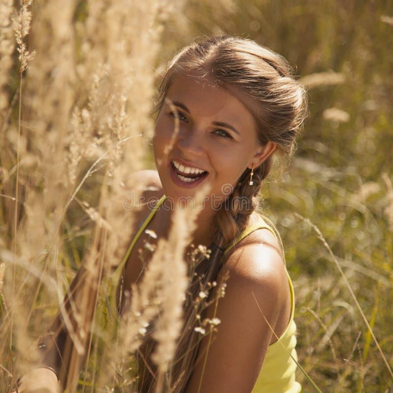 Retrato de uma mulher encantadora foto de stock royalty free