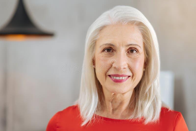 Retrato de uma mulher envelhecida agradável fotos de stock royalty free