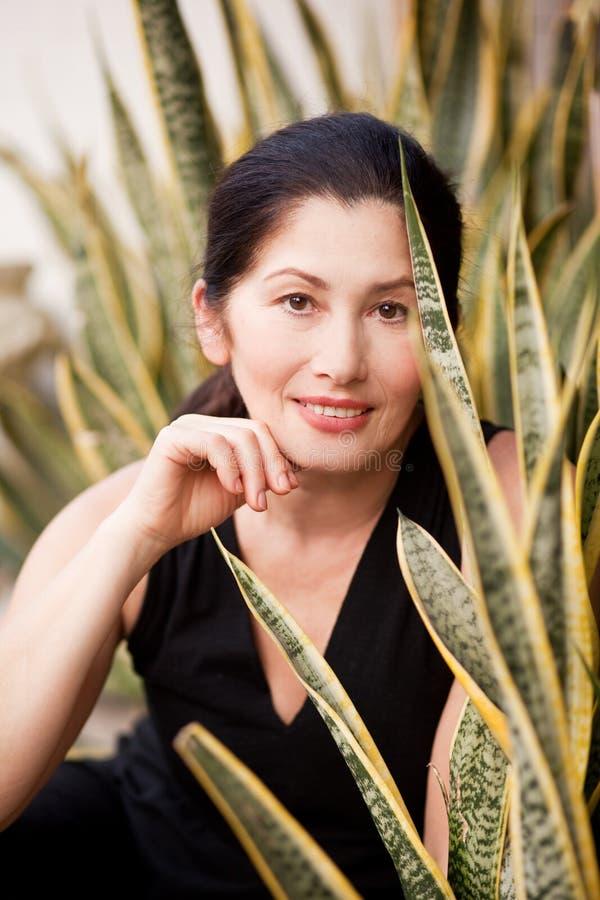 Retrato de uma mulher envelhecida na natureza foto de stock royalty free