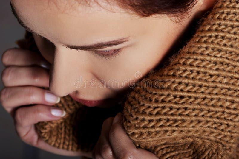 Retrato de uma mulher envolvida no lenço morno imagens de stock royalty free