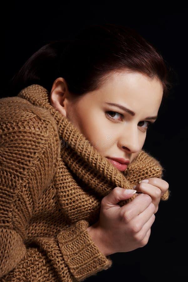 Retrato de uma mulher envolvida no lenço morno imagem de stock royalty free