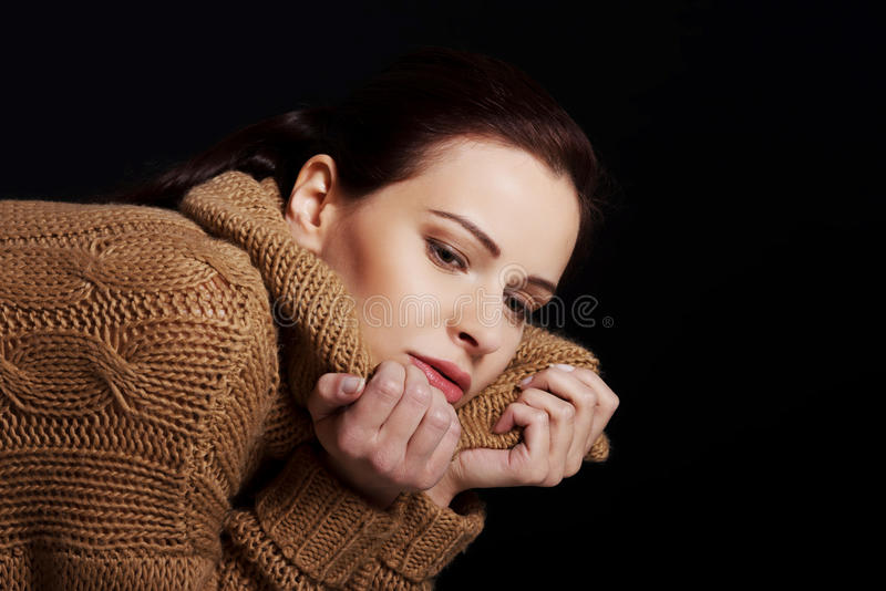 Retrato de uma mulher envolvida no lenço morno fotografia de stock
