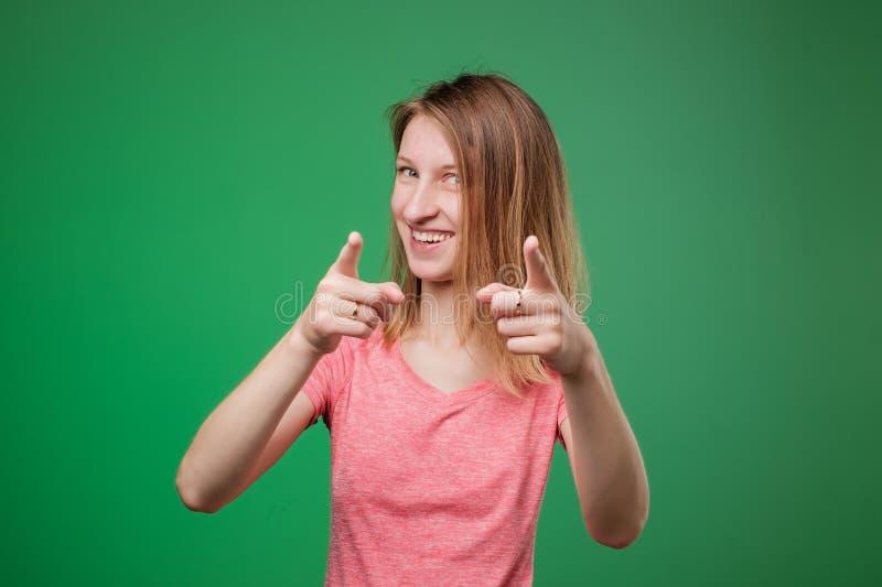 Retrato de uma mulher europeia nova segura que aponta o dedo na câmera fotografia de stock