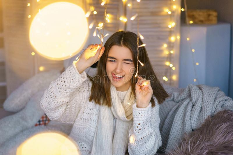 Retrato de uma mulher feliz com as festões em antecipação aos feriados do ano novo imagens de stock royalty free