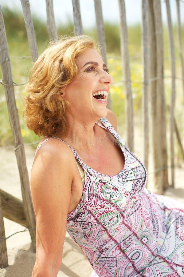 Retrato de uma mulher feliz que ri fora imagens de stock royalty free
