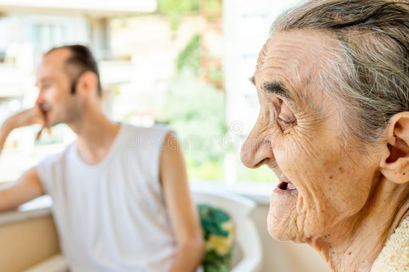 Retrato de uma mulher feliz de sorriso muito idosa fotografia de stock