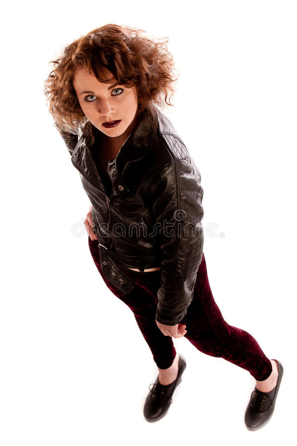 Retrato de uma mulher gótico bonita no casaco de cabedal preto imagem de stock royalty free