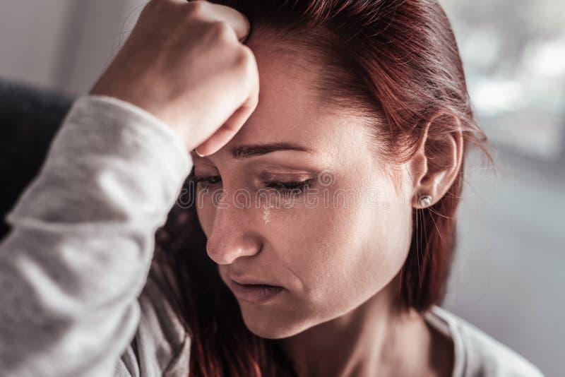 Retrato de uma mulher de grito infeliz imagens de stock royalty free