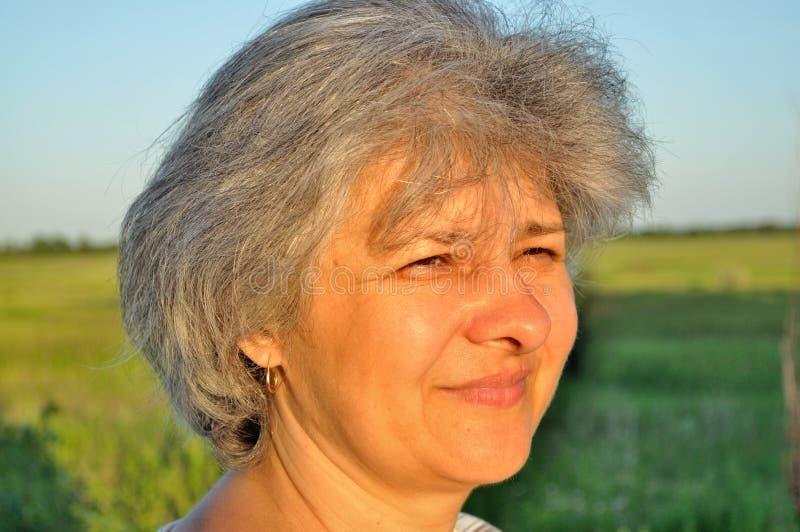 Retrato de uma mulher idosa imagem de stock royalty free