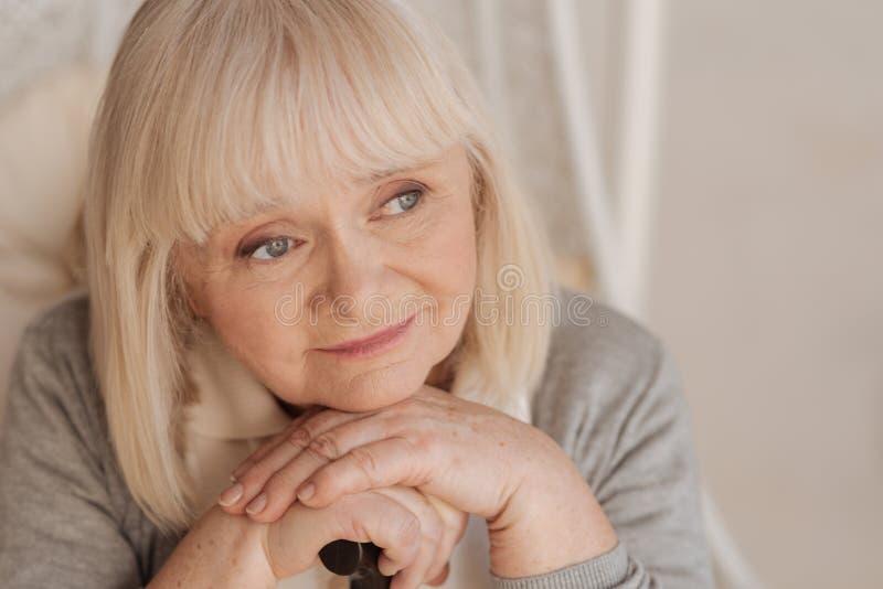 Retrato de uma mulher idosa agradável fotografia de stock royalty free