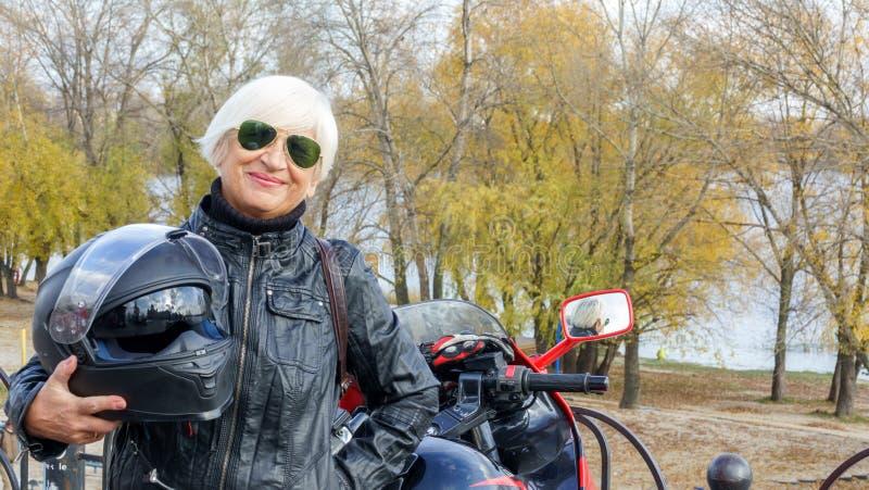 Retrato de uma mulher idosa alegre imagens de stock