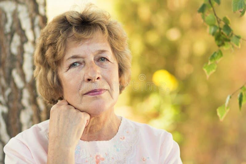 Retrato de uma mulher idosa na natureza foto de stock royalty free