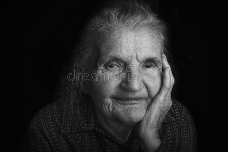 Retrato de uma mulher idosa triste Sonhando o passado fotografia de stock royalty free
